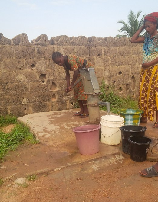 Young_women_carrying_water_from_public_bore_hole